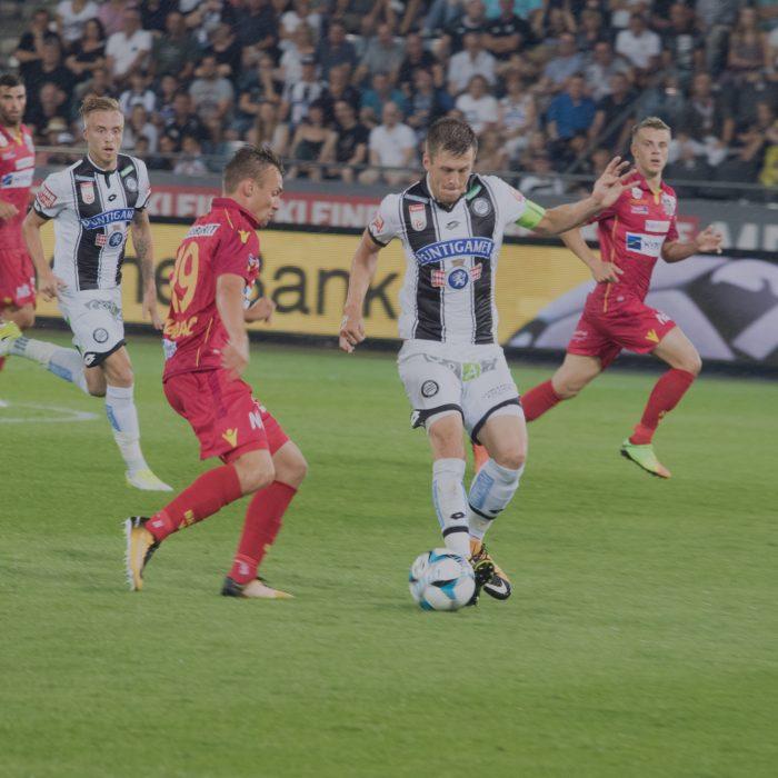 Bild zeigt Fußballer Den Alar von SK Sturm Graz beim Dribbeln mit dem Fußball.
