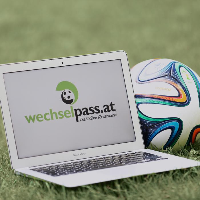 Bild zeigt eine Grafik des Online-Kickerbörse wechselpass.at, auf der ein Laptop mit einem adidas Fußball zu sehen ist.