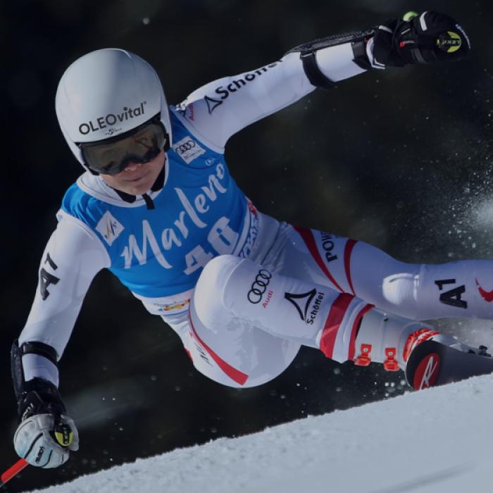 Bild zeigt die österreichische Skifahrerin und FYRST Athletin Julia Scheib bei ihrem Weltcup-Einsatz in Kronplatz.